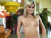 Blonde hottie Courtney Simpson